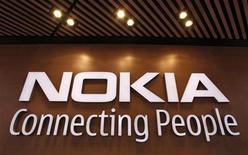 <p>Foto de archivo del logo coporativo de Nokia en su tienda insgine de Helsinki, sep 29 2010. El día en que Apple lanza la quinta generación de su popular teléfono avanzado iPhone, la antaño poderosa Nokia sigue a semanas de poder iniciar una recuperación. REUTERS/Bob Strong</p>