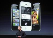 <p>Tim Cook, le directeur général d'Apple présente l'iPhone 4S. Samsung Electronics va agir en référé auprès de juridictions françaises et italiennes pour faire interdire la vente de cet appareil qui violerait, selon le fabricant sud-coréen, certains de ses brevets. /Photo prise le 4 octobre 2011/REUTERS/Robert Galbraith</p>