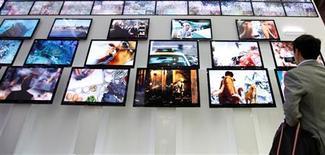 <p>Le gouvernement français envisage de lancer un appel d'offres d'ici à la fin de l'année pour six nouvelles chaînes de la TNT gratuite, selon lefigaro.fr. Cet appel d'offres serait ouvert à tous les opérateurs, précise vendredi le site internet du quotidien. /Photo d'archives/REUTERS/Lee Jae-Won</p>