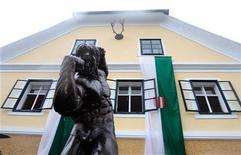 <p>Una estatua del actor Arnold Schwarzenegger ubicada frente a su hogar de juventud en Thal, Austria, oct 7 2011. Arnold Schwarzenegger viajó al pasado el viernes al visitar su pueblo natal en Austria para inaugurar un museo dedicado a su vida. REUTERS/Heinz-Peter Bader</p>