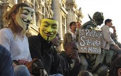 """<p>Manifestants devant l'hôtel de Ville, à Paris. Des groupes de centaines d'""""indignés"""" se sont réunis samedi en France comme dans plus de 80 pays de la planète pour dénoncer le poids de la finance, mais la mobilisation est restée limitée. /Photo prise le 15 octobre 2011/REUTERS/Mal Langsdon</p>"""