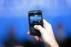 <p>Research in Motion va offrir pour plus de 100 dollars d'applications premium aux clients du BlackBerry dans l'espoir d'apaiser leur mécontentement après plusieurs jours de perturbation des services, la semaine dernière. /Photo prise le 14 avril 2011/REUTERS/Nelson Ching/Pool</p>