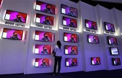 <p>Téléviseurs Philips présentés sur le stand du fabricant au salon IFA de Berlin. Le groupe néerlandais, qui peine à vendre sa branche de téléviseurs, va supprimer 4.500 suppressions emplois. Une incertitude qui s'ajoute à la chute de ses résultats. /Photo prise le 31 août 2011/REUTERS/Thomas Peter</p>
