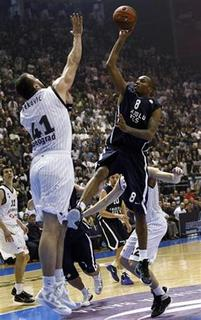 Tarence Kinsey (R) of Anadolu Efe makes a shot against Nikola Pekovic of Partizan Belgrade during their Euroleague Group C basketball game in Belgrade October 20, 2011. REUTERS/Ivan Milutinovic