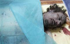 <p>جثة القذافي بعد نقله إلى مصراتة يوم الخميس - رويترز</p>