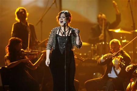 Kelly Clarkson performs ''Already Gone'' at the 2009 American Music Awards in Los Angeles, California November 22, 2009. REUTERS/Mario Anzuoni