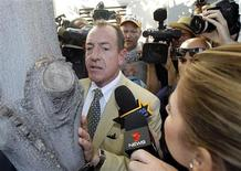 <p>Michael Lohan waits outside the Beverly Hills Courthouse after his daughter Lindsay was denied bail and sent to jail in Beverly Hills, California September 24, 2010. REUTERS/Mario Anzuoni</p>