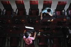 <p>La presse chinoise rapporte que Pékin prévoit d'intensifier son contrôle des médias sociaux et des messageries instantanées. Cette annonce illustre l'inquiétude grandissante des autorités face à l'explosion du nombre de micro-blogs sur la toile. /Photo d'archives/REUTERS</p>
