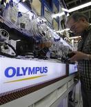 <p>Le président d'Olympus Tsuyoshi Kikukawa a démissionné. Le fabricant d'appareils photo et d'instruments d'optique fait face à un scandale de gouvernance qui a fait fondre le cours de Bourse du groupe et ferait désormais l'objet d'enquêtes au Japon et aux Etats-Unis. /Photo d'archives/REUTERS/Yuriko Nakao</p>