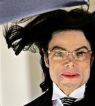 """<p>Michael Jackson est pour la deuxième année consécutive la célébrité décédée la plus riche au monde, selon le classement annuel publié mardi sur le site internet du magazine Forbes. Selon une estimation, les revenus engendrés par l'interprète de """"Thriller"""", mort en 2009 à l'âge de 50 d'une surdose de médicaments, se sont élevés à 170 millions de dollars en 2010. /Photo d'archives/REUTERS</p>"""