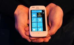 <p>Le nouveau Lumia 710, un des deux smartphones sous Windows que Nokia a dévoilé mercredi avec l'ambition de revenir dans la course face à Apple et aux combinés qui fonctionnent sous Android, le système de Google. /Photo prise le 26 octobre 2011/REUTERS/Paul Hackett</p>