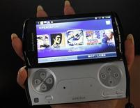 <p>A promotional woman shows Sony Ericsson's Xperia PLAY, a handheld game console smartphone, at Tokyo Game Show in Chiba, east of Tokyo, September 15, 2011. The game show goes on till September 18. REUTERS/Kim Kyung-Hoon (JAPAN - Tags: SCIENCE TECHNOLOGY BUSINESS)</p>