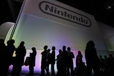 <p>Nintendo annonce qu'il subira la première perte nette annuelle de son histoire durant l'exercice financier en cours et réduit une deuxième fois ses objectifs en raison de la vigueur du yen et de ventes de logiciels médiocres. /Photo d'archives/REUTERS/Mario Anzuoni</p>