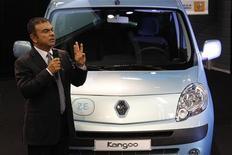 <p>Carlos Ghosn, PDG de Renault, à côté de la Kangoo ZE, version électrique du véhicule familial et utilitaire de la marque au losange. Renault s'est déclaré confiant jeudi dans ses chances de remporter le plus gros lot de l'appel d'offres public pour 25.000 véhicules électriques. /Photo prise le 12 septembre 2011/REUTERS/Pascal Rossignol</p>