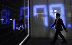 <p>An employee of a foreign exchange company walks past a graph and a monitor displaying the Japanese yen's exchange rate against the U.S. dollar in Tokyo October 31, 2011. REUTERS/Yuriko Nakao</p>