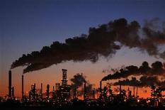 <p>An oil refinery glows at dusk in Edmonton in this February 15, 2009 file photo. REUTERS/Dan Riedlhuber</p>