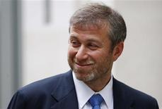 <p>Russian billionaire and owner of Chelsea football club Roman Abramovich leaves a division of the High Court during a break for lunch in central London October 31, 2011. REUTERS/Andrew Winning</p>