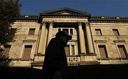<p>A man walks past the Bank of Japan headquarters building in Tokyo October 31, 2011. REUTERS/Yuriko Nakao</p>