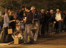 <p>Volunteers of CASA (Homeless Help Center) organisation distribute meals in Lisbon November 1, 2011. REUTERS/Rafael Marchante</p>