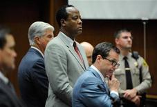 """<p>El médico Conrad Murray (al centro en la imagen) durante el juicio por homicidio involuntario de Michael Jackson en Los Angeles, nov 3 2011. Michael Jackson """"pagó con su vida"""" la negligencia criminal de su médico personal que también dejó sin un padre a los tres hijos del cantante de pop, dijo la fiscalía el jueves a un jurado de Los Angeles. REUTERS/Kevork Djansezian/Pool</p>"""