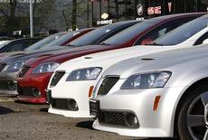 <p>Pontiac G8 sedans sit on a lot for sale at a General Motors auto dealership in Nanuet, New York April 27, 2009. REUTERS/Mike Segar</p>