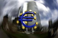 <p>A sculpture showing the euro currency sign is seen in front of the European Central Bank (ECB) headquarters in Frankfurt, April 1, 2010. REUTERS/Kai Pfaffenbach</p>