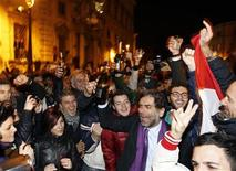 <p>People celebrates in front of Presidential palace in Rome, November 12, 2011. REUTERS/Giampiero Sposito</p>