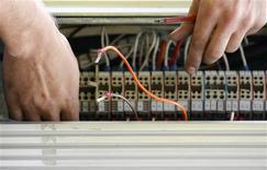 <p>Orange et SFR (Vivendi) ont signé un accord dans le déploiement de la fibre optique au-delà des zones très denses en France, portant sur 9,8 millions de logements. /Photo d'archives/REUTERS/Daniel Munoz</p>