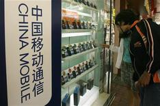 <p>Foto de archivo de un mostrador de teléfonos móviles en una tienda de Hong Kong, mar 19 2009. El crecimiento del mercado de los teléfonos móviles se ralentizó profundamente en el tercer trimestre ya que las ventas de modelos básicos se hundieron y el mercado de dispositivos inteligentes se enfrió, informó el martes la empresa de investigación Gartner. REUTERS/Bobby Yip</p>
