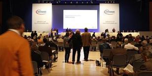 <p>Le fondeur allemand Infineon dévisse mercredi matin à la Bourse de Francfort, perdant plus de 4% après avoir annoncé anticiper une baisse de son chiffre d'affaires lors de l'exercice 2012, sa clientèle se montrant de plus en plus prudente. /Photo d'archives/REUTERS/Michaela Rehle</p>