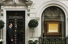 <p>Devant la boutique Graff à Londres. Le joailler londonien Laurence Graff a déboursé près de quatre millions de dollars pour racheter une de ses propres créations lors d'une vente de haute joaillerie en Suisse où investisseurs et collectionneurs se sont disputés des gemmes de la plus haute qualité, selon Christie's. /Photo d'archives/REUTERS/Luke MacGregor</p>