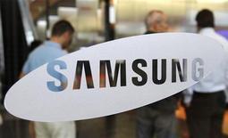 <p>Samsung Electronics a annoncé jeudi le lancement cette semaine en Allemagne d'une version modifiée de sa tablette Galaxy Tab 10.1, dont les ventes sont suspendues dans le pays à la suite d'une décision de justice favorable à Apple pour violation de brevets. /Photo d'archives/REUTERS/Truth Leem</p>