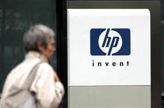 <p>Imagen de archivo de una persona frente a la casa matriz de Hewlett-Packard en Issy le Moulineaux, Francia, sep 16 2005. Los resultados trimestrales de Hewlett-Packard Co excedieron las modestas expectativas de Wall Street, aunque un débil pronóstico de ganancias para el 2012 resaltó que el gigante tecnológico se prepara para un año de prueba. REUTERS/Charles Platiau/Files</p>