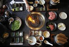 <p>A chef grills a piece of beef strip at a restaurant in Yokohama, July 27, 2011. REUTERS/Yuriko Nakao</p>