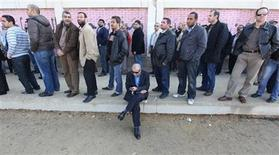 <p>People stand in line outside a polling station as they wait to cast their votes during parliamentary elections in Cairo November 28, 2011. REUTERS/Amr Abdallah Dalsh</p>