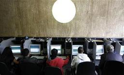 """<p>Foto de archivo de un grupo de personas al interior de un locutorio de internet en Sao Paulo, Brasil, mar 3 2011. La industria del comercio electrónico en América Latina está en """"crisis"""", bromean los emprendedores, banqueros y desarrolladores de software reunidos esta semana en Sao Paulo. Este año crecerá apenas un 40 por ciento. REUTERS/Nacho Doce</p>"""