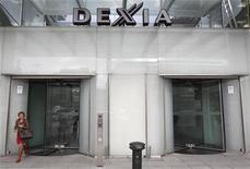 <p>Dexia a annoncé lundi avoir trouvé avec la Belgique, la France et le Luxembourg un accord sur le projet de convention temporaire de garanties destinée à couvrir les besoins de refinancement de la banque franco-belge contrainte au démantèlement du fait de la crise au sein de la zone euro. /Photo prise le 10 octobre 2011/REUTERS/Thierry Roge</p>