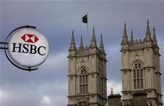 <p>Enseigne de la banque HSBC devant l'abbaye de Westminster, à Londres. Le groupe britannique s'est vu infliger une amende record de 10,5 millions de livres sterling par les autorités financières pour défaut d'information de clients âgés à la recherche d'un placement. /Photo d'archives/REUTERS/Stefan Wermuth</p>