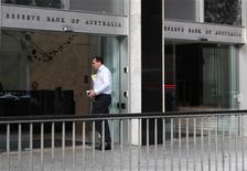 <p>La banque centrale australienne a abaissé mardi son principal taux d'intérêt de 25 points de base, assouplissant ainsi sa politique monétaire pour la deuxième fois en deux mois, l'apaisement des tensions inflationnistes lui permettant de prendre des mesures pour tenter de se protéger de la crise de la dette en Europe. /Photo d'archives/REUTERS/Daniel Munoz</p>