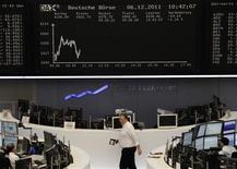 """<p>Traders à la Bourse de Francfort, mardi. Les marchés financiers, où l'appétit pour le risque refait surface depuis la semaine dernière, ont réagi modérément à la décision de Standard & Poor's de mettre sous surveillance négative les notes de 15 pays de la zone euro, dont les six pays """"AAA"""" où figurent la France et l'Allemagne. Vers 10h50, Paris recule de 0,6%, le DAX allemand perd 1,1%, la Bourse de Milan 0,77% et Londres 0,2%. /Photo prise le 6 décembre 2011/REUTERS/Remote/Amanda Andersen</p>"""