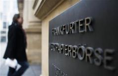<p>Deutsche Börse et Nyse Euronext pourraient se séparer d'une partie de leurs branches dérivés pour créer un concurrent tiers et répondre aux craintes de monopole qui font obstacle à leur fusion, selon des sources au fait du dossier. /Photo prise le 15 février 2011/REUTERS/Alex Domanski</p>