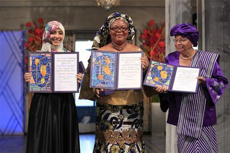 (L-R) Nobel Peace Prize winners, Yemeni human rights activist Tawakul Karman, Liberian peace activist Leymah Gbowee and Liberian President Ellen Johnson-Sirleaf pose with their awards at the award ceremony in Oslo, December 10, 2011. REUTERS/Cornelius Poppe/Scanpix