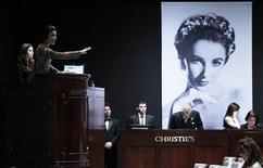 <p>Une robe Dior d'Elizabeth Taylor a été adjugée à 362.500 dollars mercredi soir lors de la vente aux enchères à New York de la collection de l'actrice disparue en mars. /Photo prise le 14 décembre 2011/REUTERS/Carlo Allegri</p>