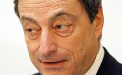 <p>Le président de la Banque centrale européenne (BCE) Mario Draghi a exhorté jeudi les régulateurs à s'assurer que l'obligation de relever les ratios de fonds propres bancaires ne débouche pas sur une contraction du crédit. /Photo prise le 15 décembre 2011/REUTERS/Fabrizio Bensch</p>