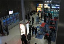 <p>Dans le terminal 2E de Roissy-Charles de Gaulle. Aéroports de Paris, qui exploite les aéroports de Roissy-Charles de Gaulle et Orly, a enregistré une hausse de 2,4% de son trafic passagers en novembre par rapport au même mois de l'an dernier, portée notamment par la progression des liaisons vers les autres pays européens. /Photo prise le 30 novembre 2011/REUTERS/Mal Langsdon</p>