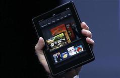 """<p>La dernière tablette d'Amazon, la """"Kindle Fire"""". Amazon.com a dit jeudi vendre """"bien plus"""" d'un million de tablettes Kindle par semaine, et ce depuis trois semaines. /Photo prise le 28 septembre 2011/REUTERS/Shannon Stapleton</p>"""
