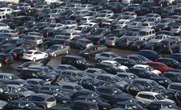 <p>Les immatriculations de voitures neuves dans l'Union européenne ont augmenté de 1,9% en novembre à 795.719 million d'unités mais affichent un recul de 3,3% sur un an, selon l'Association des constructeurs européens d'automobile (Acea). /Photo d'archives/REUTERS/Alexandra Beier</p>