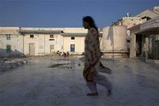 <p>A woman walks at the Abdullah Shah Ashabi Sufi shrine in Thatta district, in Pakistan's Sindh province, November 25, 2011. REUTERS/Rebecca Conway</p>