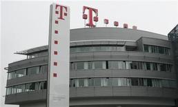 <p>Foto de archivo de la casa matriz de Deutsche Telekom en Bonn, Alemania, mayo 30 2008. Deutsche Telekom no entregó detalles de que hará después de que colapsó su acuerdo para vender su unidad de telefonía móvil estadounidense a AT&T, y sólo aseguró a los inversores que estaba trabajando en un plan de largo plazo. REUTERS/Ina Fassbender</p>
