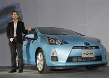 """<p>Toyota lanzó el lunes el automóvil híbrido con el más eficiente uso del combustible en todo el mundo, en otra señal de que la casa japonesa busca defenderse de la fuerte competencia de los modelos 100 por ciento eléctricos. En la foto, la presentación del modelo """"Aqua"""" el lunes en Tokio. Dic 26, 2011. REUTERS/Kyodo</p>"""